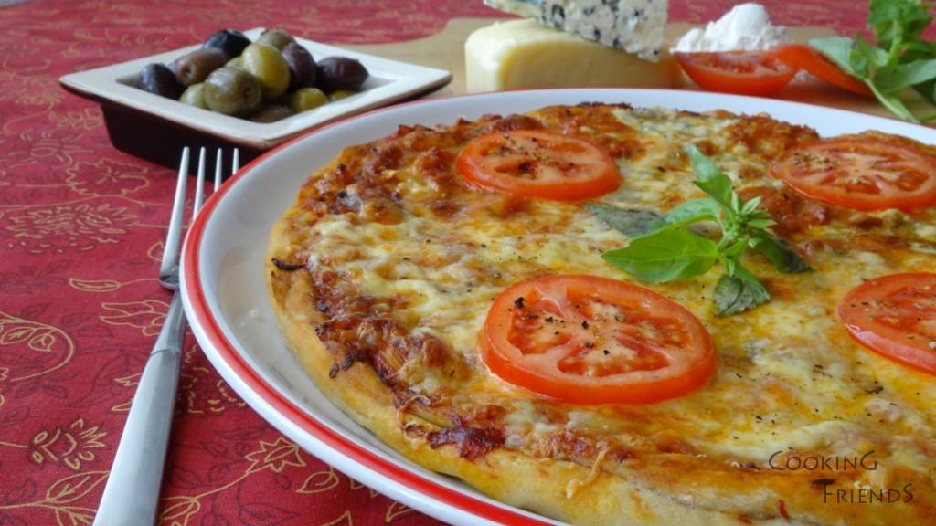 Пица със сирена, домати и босилек