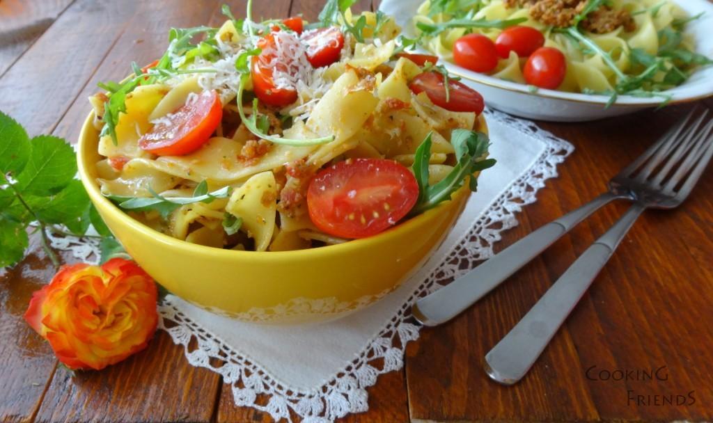Паста с песто,рукола и чери домати