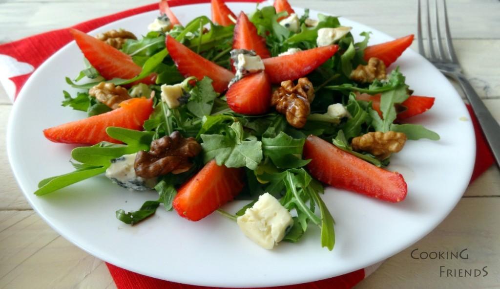 Сладко-солена салата с ягоди и синьо сирене