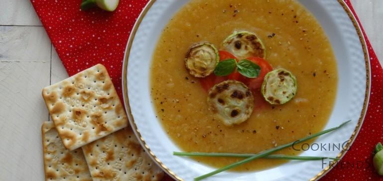 Крем супа от тиквички, домати и босилек