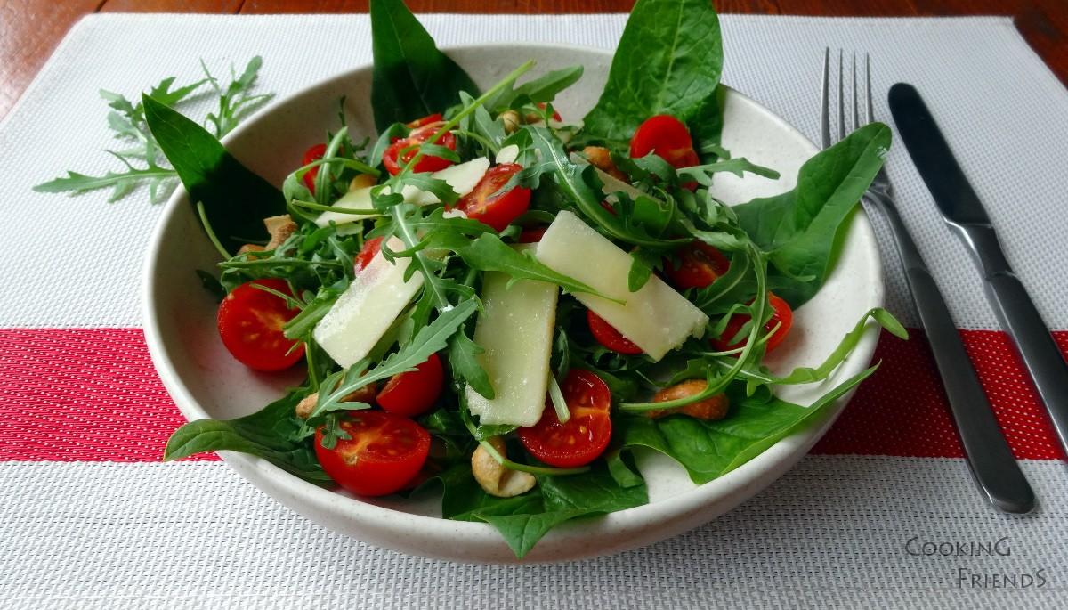 Салатка с рукола, чери домати и кашу