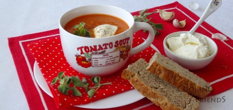 Доматена супа с риган и заквасена сметана