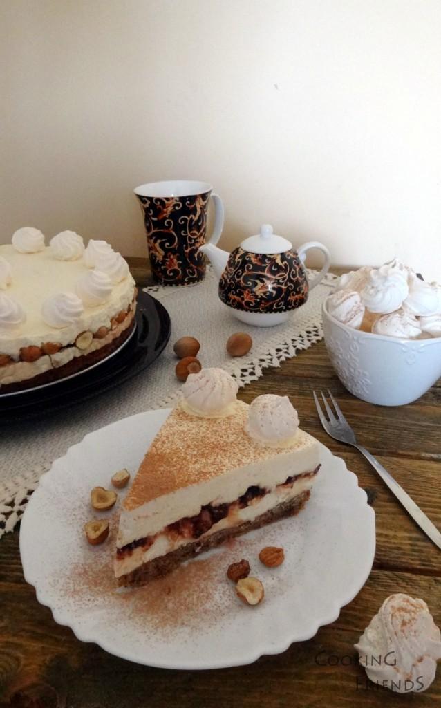 Охладената торта внимателно поставяме в подходяща чиния или поставка за торта и я освобождаваме от тортения ринг. Стените на тортата декорираме с целите лешници, а отгоре я украсяваме с останалите целувки. По желание може при поднасянето да я наръсим с какао. Парчетата се режат с затоплен, сух нож.