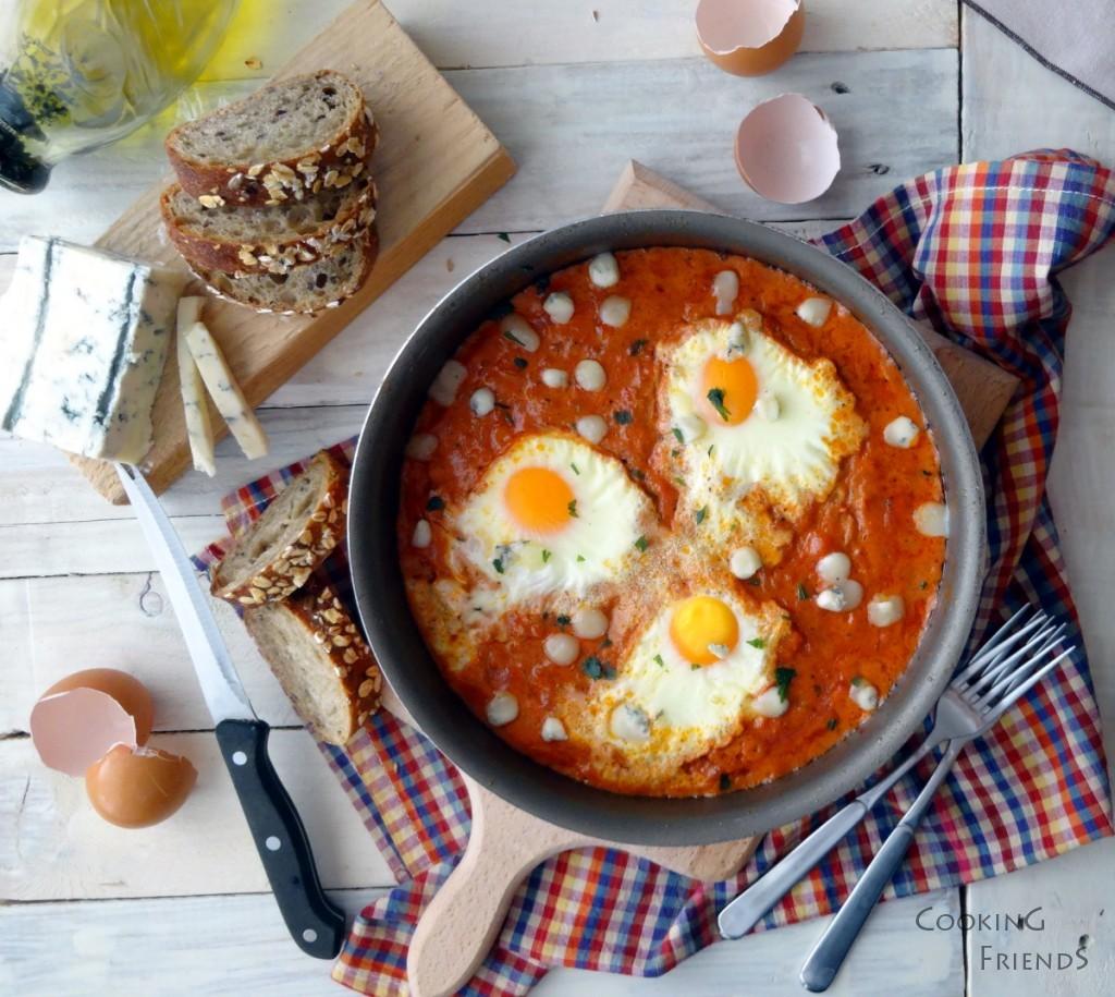 Яйца с домати и синьо сирене