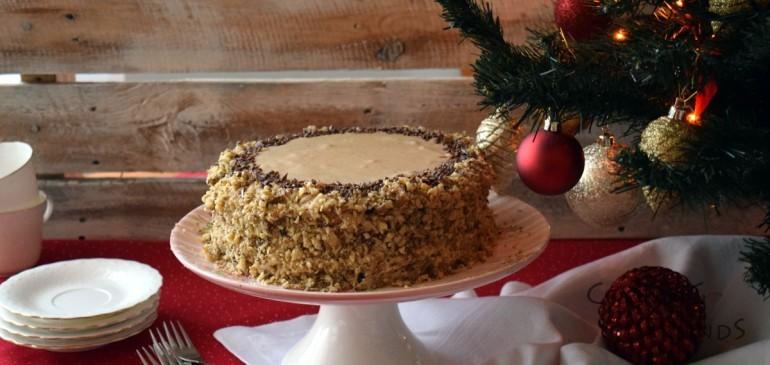 Бисквитена торта с шоколад, кокос и орехи