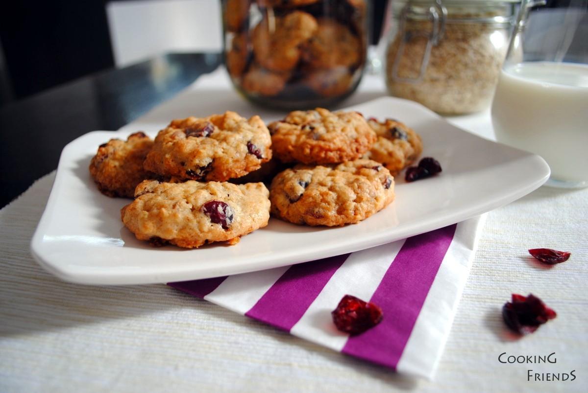 Ароматни бисквитки с овесени ядки, бял шоколад и червени боровинки