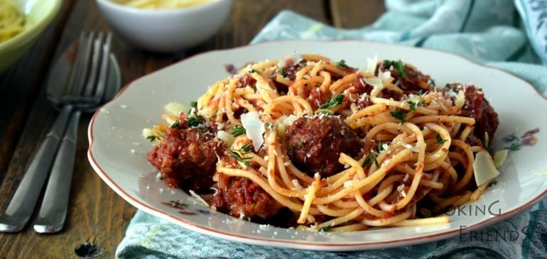 Спагети с кюфтенца и доматен сос