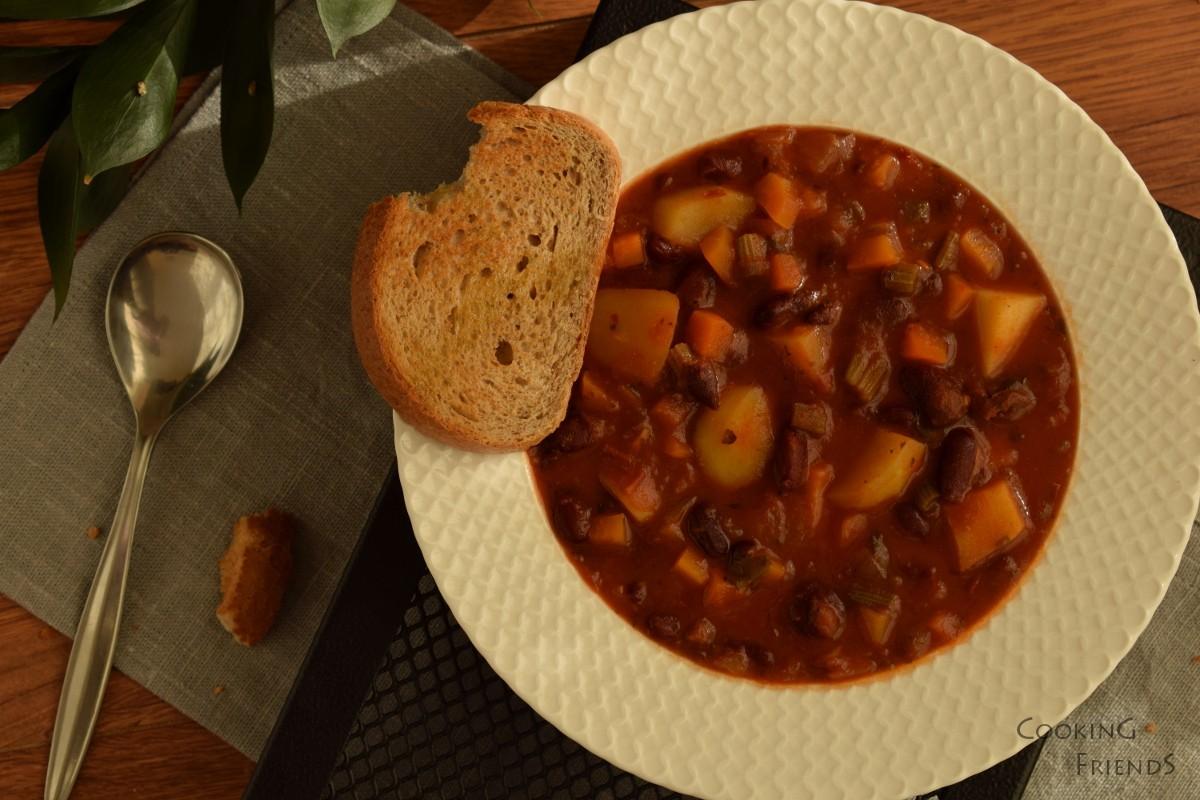 Постен боб с домати и сушени пиперки