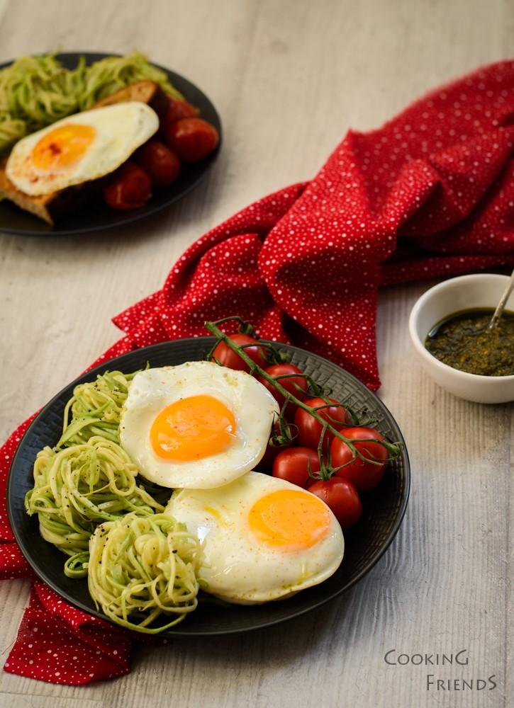 Спагети от тиквички с чери домати и яйца