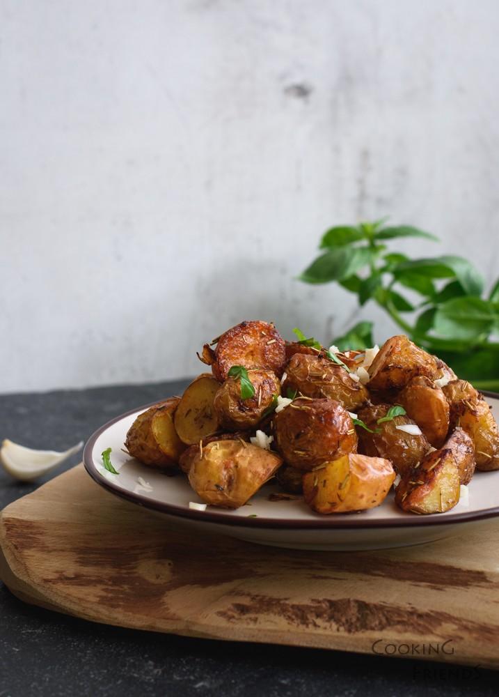 Пресни картофки с розмарин и чесън