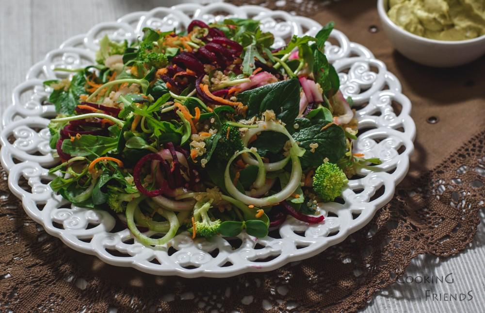 Витаминозна салатка с киноа и мус от авокадо
