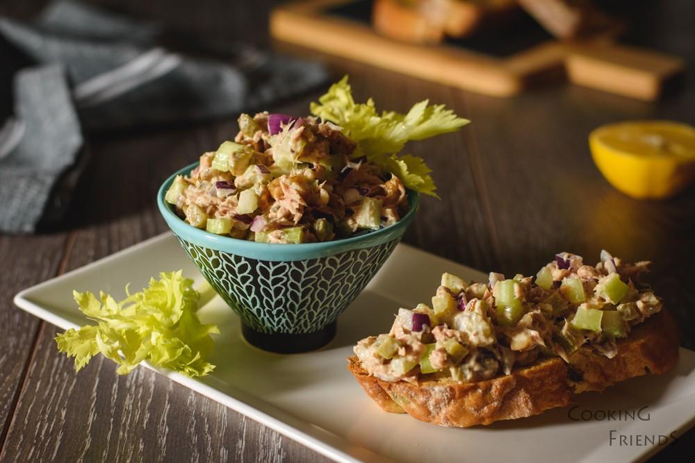 Салата с риба тон, целина и орехи