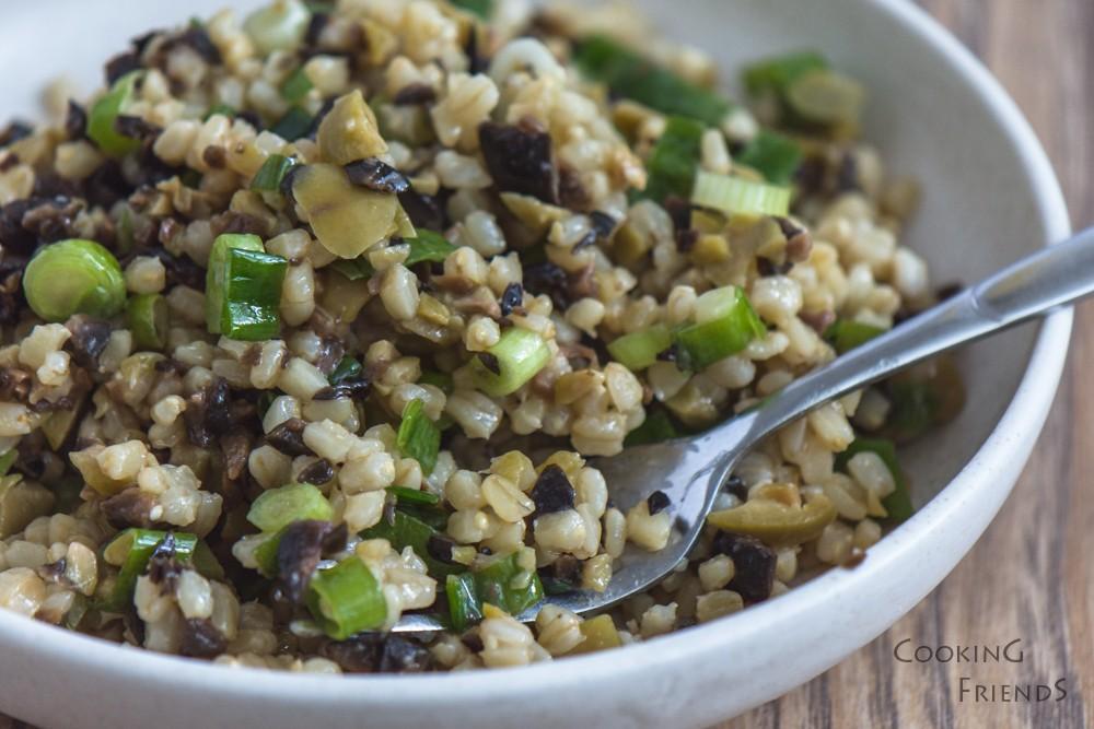Постна салата с жито и маслини