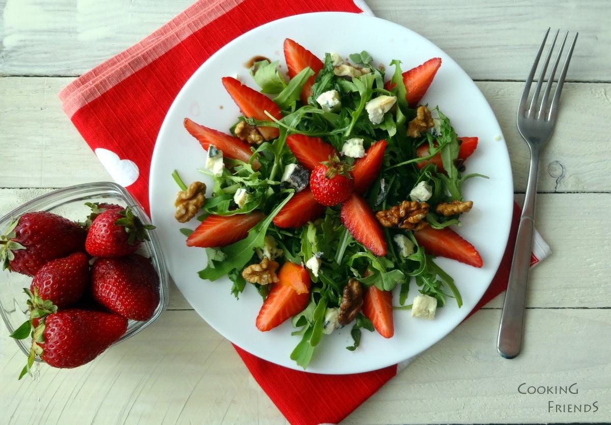 Салата с ягоди,рукола и синьо сирене