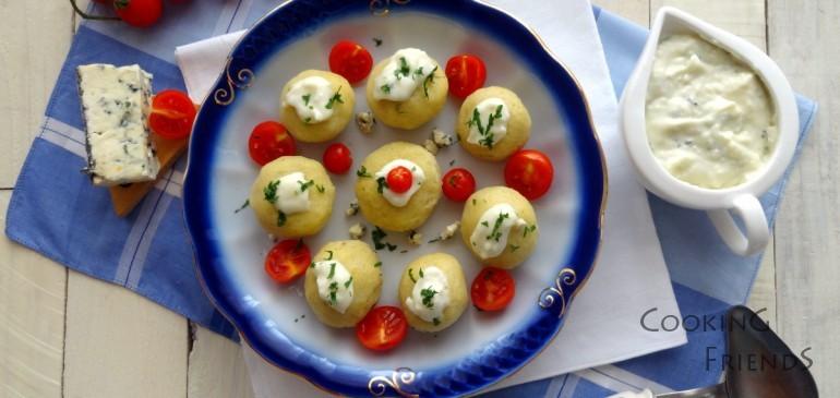 Кнедли със сос от синьо сирене