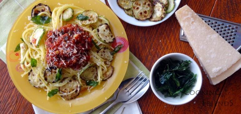 Спагети с тиквички и хрупкав босилек