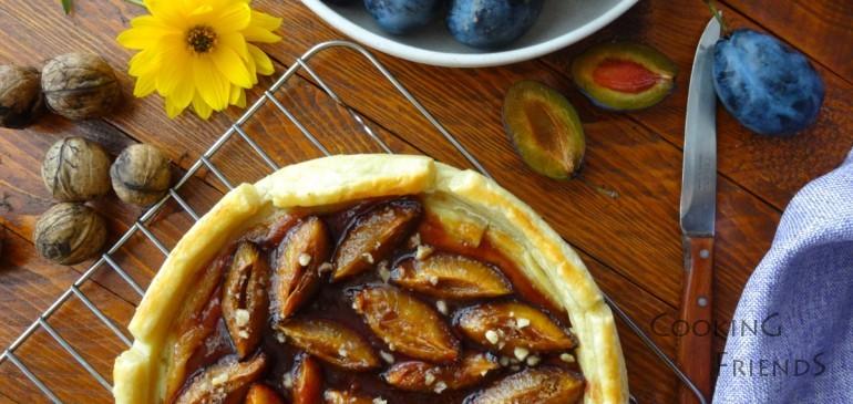 Пирог със сини сливи и орехи