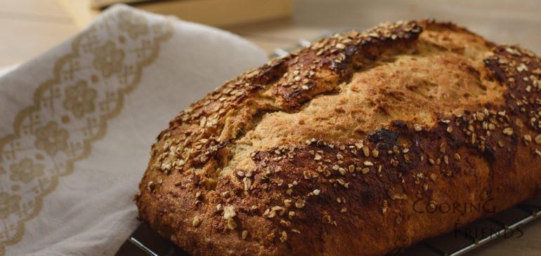 Пълнозърнесто хлебче с мед и овесени ядки