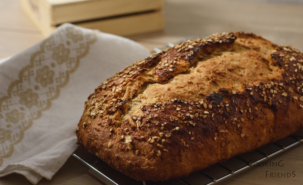 Пълнозърнест хляб с мед и овесени ядки